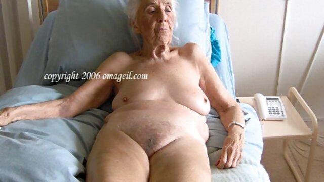 Անվճար սեքս առանց գրանցման  Sarah նայում այնքան խոհանոց տատիկի պոռնո անմեղ է, երբ հեռանում.